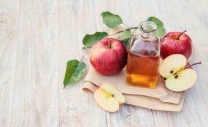 Un pediluvio con acqua e aceto di mele è un'ottimo rimedio contro l'onicomicosi